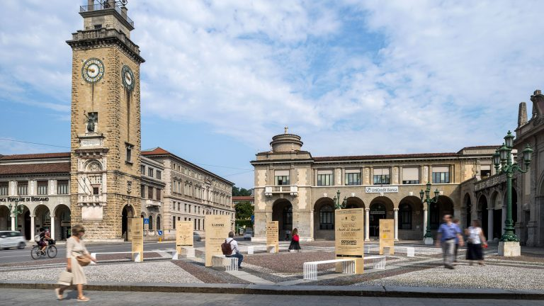 Piazza Vittorio Veneto (Bergamo) become a living room en plein air